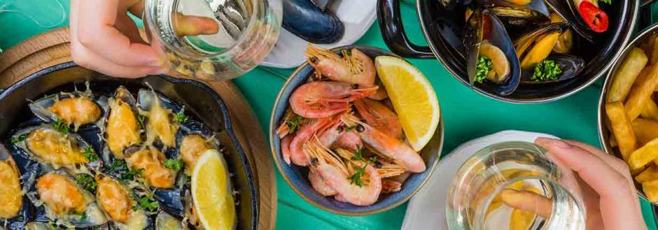 Seafood platters with white wine